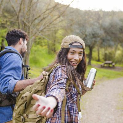 Wanderung Paar lädt zum mitwandern ein